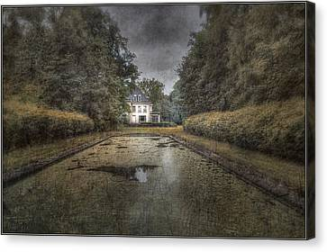 La Villa Abandonnee Canvas Print