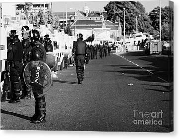 Line Of Psni Officers And Land Rovers In Riot Gear On Crumlin Road At Ardoyne Shops Belfast 12th Jul Canvas Print