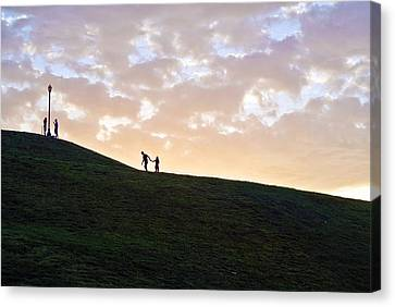 Lovers On Federal Hill At Dusk Canvas Print by Toni Martsoukos