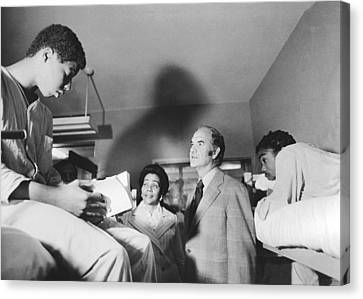 Mcgovern And Mrs. Coretta King Canvas Print by Underwood Archives