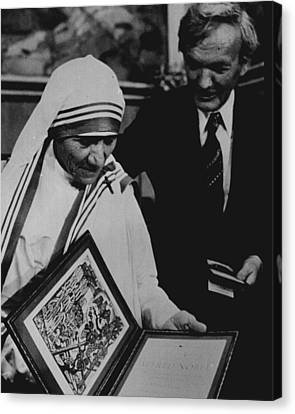 Mother Teresa Gets Award Canvas Print by Retro Images Archive