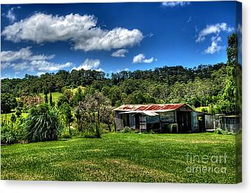 Old Barn In Lush Green Countryside Canvas Print by Kaye Menner