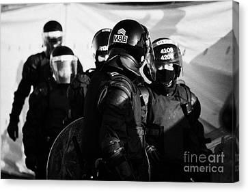 Psni Riot Squad Officers On Crumlin Road At Ardoyne Shops Belfast 12th July Canvas Print by Joe Fox