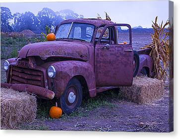 Rusty Truck With Pumpkins Canvas Print by Garry Gay