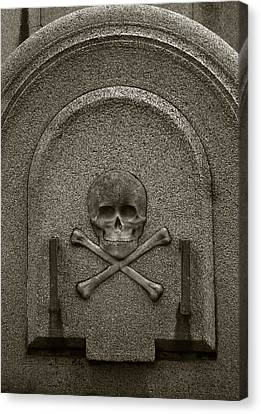 Skull And Crossbones Canvas Print by Amarildo Correa