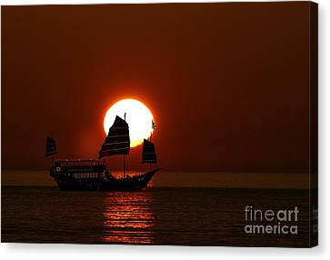 Canvas Print featuring the photograph Sunset Sanpan by Shirley Mangini
