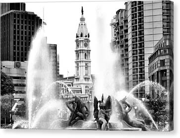Swann Fountain Philadelphia Pa In Black And White Canvas Print by Bill Cannon