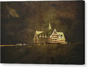 The Historic Prince Of Wales Hotel Canvas Print by Roberta Murray