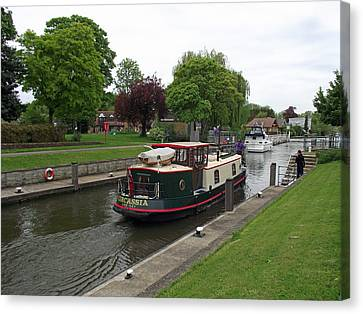 Canvas Print featuring the photograph The Thames At Penton Hook Lock by Jayne Wilson