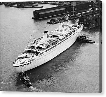 Tugs Pushing Ocean Liner Canvas Print by Underwood Archives