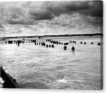 U.s. Troops Wading To Utah Beach Canvas Print by Everett