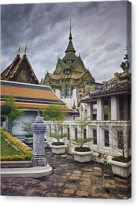Wat Pho Temple Gardens Canvas Print