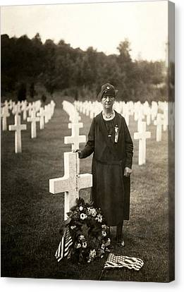 Wwi American Mother At Her Son's Grave Canvas Print by Historic Image