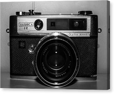 Yashica 1c Canvas Print by Steven  Taylor