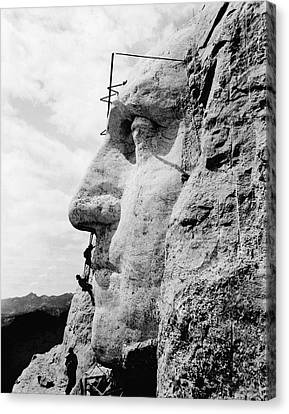 Men Working On Mt. Rushmore Canvas Print by Underwood Archives