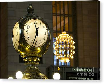Canvas Print featuring the photograph New York Minute by Leslie Leda