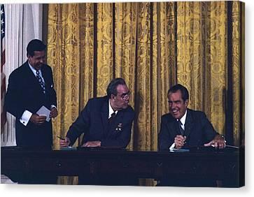 Richard Nixon And Leonid Brezhnev Canvas Print by Everett