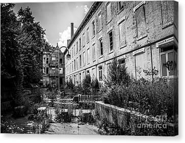 Abandoned Glencoe-auburn Hotel In Cincinnati Canvas Print by Paul Velgos