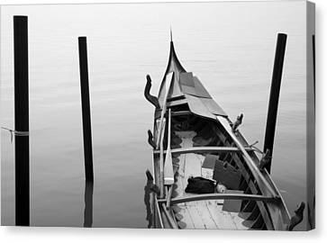 Boat In Venecia Canvas Print by Zarija Pavikevik