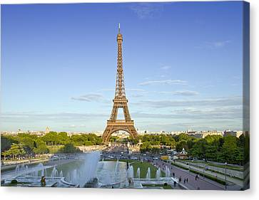 Eiffel Tower With Fontaines Canvas Print by Melanie Viola