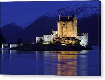 Eilean Donan Castle Canvas Print by Duncan Shaw