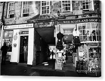 Entrance To Milnes Court Between Tourist Gift Shops On The Lawnmarket Royal Mile Edinburgh Scotland Canvas Print by Joe Fox