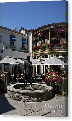 G.b. Shaw Statue - Niagara On The Lake Canvas Print by Christiane Schulze Art And Photography