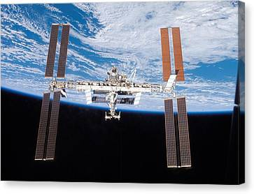 International Space Station In 2007 Canvas Print by Everett