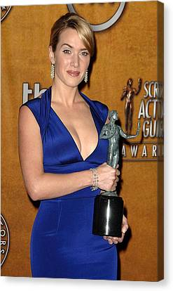 Kate Winslet Wearing A Narciso Canvas Print
