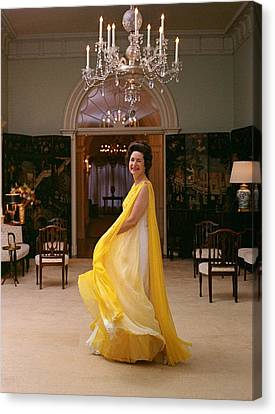 Lady Bird Johnson In A Flowing Canvas Print by Everett