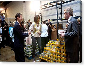 Michelle Obama Volunteers For Feeding Canvas Print