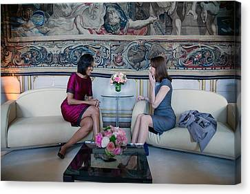 Michelle Obama With Carla Bruni-sarkozy Canvas Print by Everett