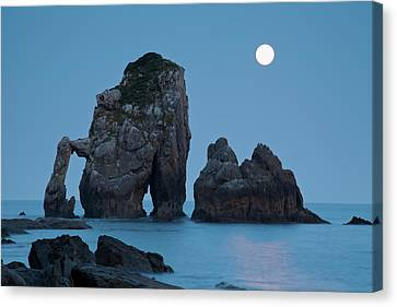 Moonset In Gaztelugache Canvas Print by Pere Soler