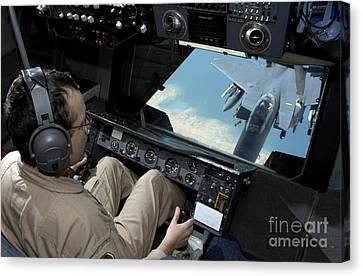 Operator Refuels An F-16 Fighting Canvas Print by Stocktrek Images