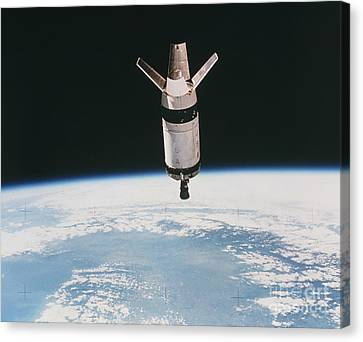 Skylab 3 Expended Second Stage In Earth Canvas Print by NASA / Science Source