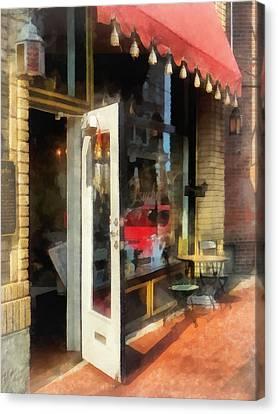 Tea Room In Sono Norwalk Ct Canvas Print by Susan Savad