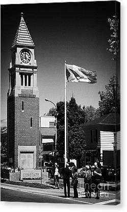 Tourists At The Cenotaph Clock Tower Niagara-on-the-lake Ontario Canada Canvas Print