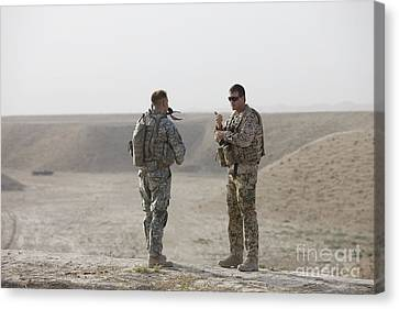 U.s. Army Soldier And German Soldier Canvas Print by Terry Moore