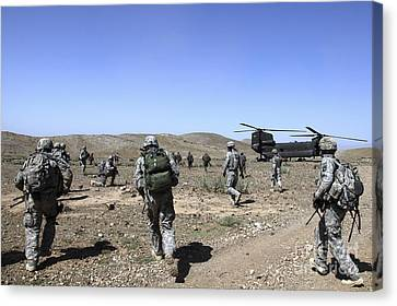 U.s. Army Soldiers Run Back Canvas Print by Stocktrek Images