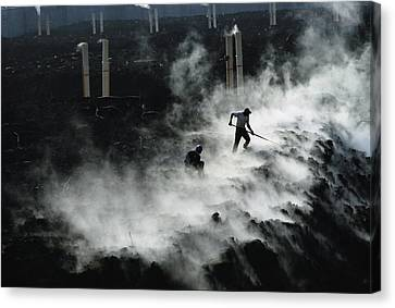 Workers At The Blue Plains Waste Water Canvas Print by Robert Madden