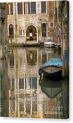 Venice Restaurant On A Canal  Canvas Print by Gordon Wood