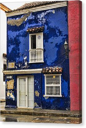 Colonial Buildings In Old Cartagena Colombia Canvas Print by David Smith