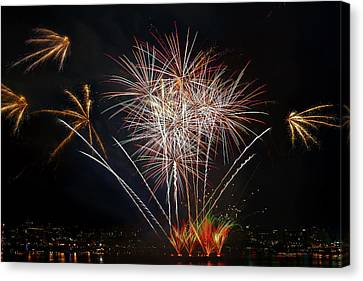 4th Of July Fireworks Display From The Barge Portland Oregon Canvas Print by David Gn