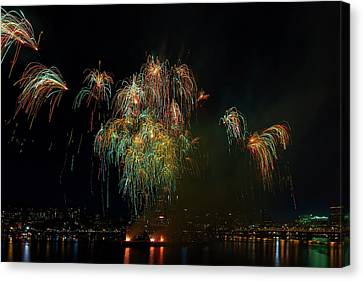 4th Of July Fireworks From The Barge Portland Oregon Canvas Print by David Gn