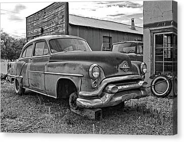 Turquoise And Rust Canvas Print - Abandoned Oldsmobile Bw by David King