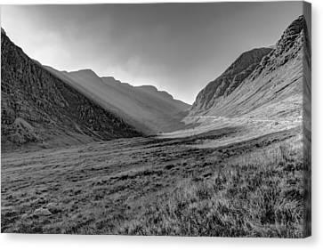 Afternoon Sun Rays Bealach Na Ba Black And White Canvas Print by Gary Eason