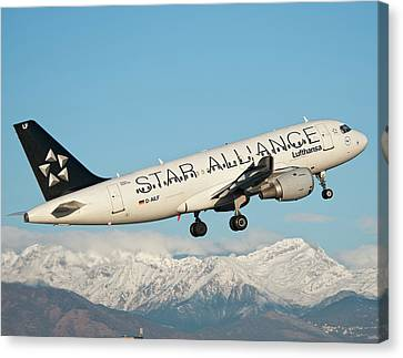 Airbus A319 Lufthansa With Star Alliance Livery Canvas Print by Roberto Chiartano