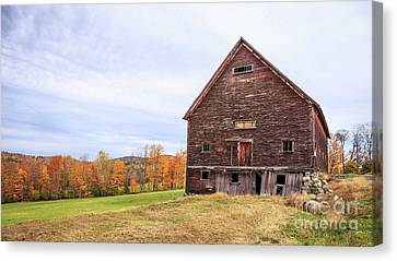 An Old Wooden Barn In Vermont. Canvas Print by Edward Fielding