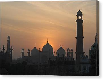 Badshahi Mosque At Sunset, Lahore, Pakistan Canvas Print by Daud Farooq