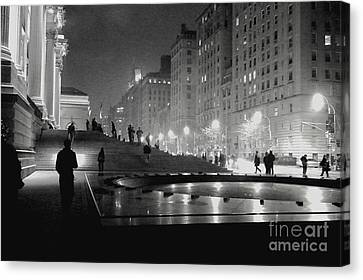 Canvas Print featuring the photograph Closing At The Met by Sandy Moulder